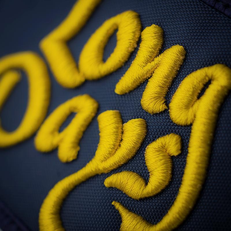 Detalle Logo gorra tipo camionero kentucky-gold blue
