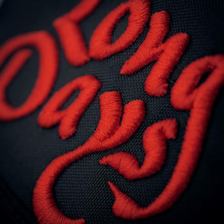 Detalle logo gorra camionero kentucky-redblack-