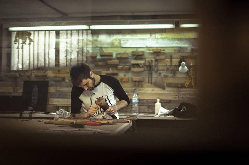 artesano-a-golpe-de-gubia-long-days-longboards