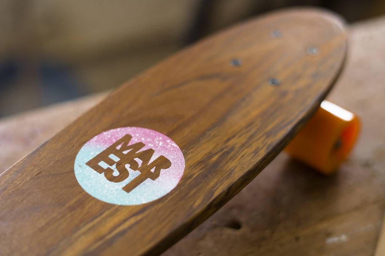 Logo Marest en Tabla Mini Skate Mahon Diseñada por Antonyo Marest/Long Days/Longboard